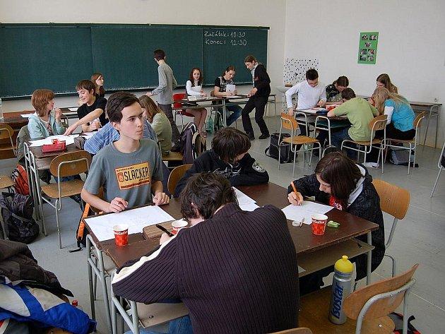 Ilustrační foto. Matematická soutěž v učebně Gymnázia Mikuláše Koperníka v Bílovci.