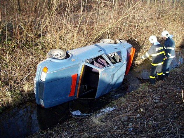 Vozidlo uvíznuté v odtokovém kanálu zaměstnalo profesionální hasiče z Nového Jičína v sobotu 7. února.
