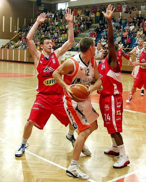 Basketbalisté Nového Jičína (světlé dresy) hostili ve druhém čtvrtfinálovém zápase play-off Mattoni NBL Pardubice.