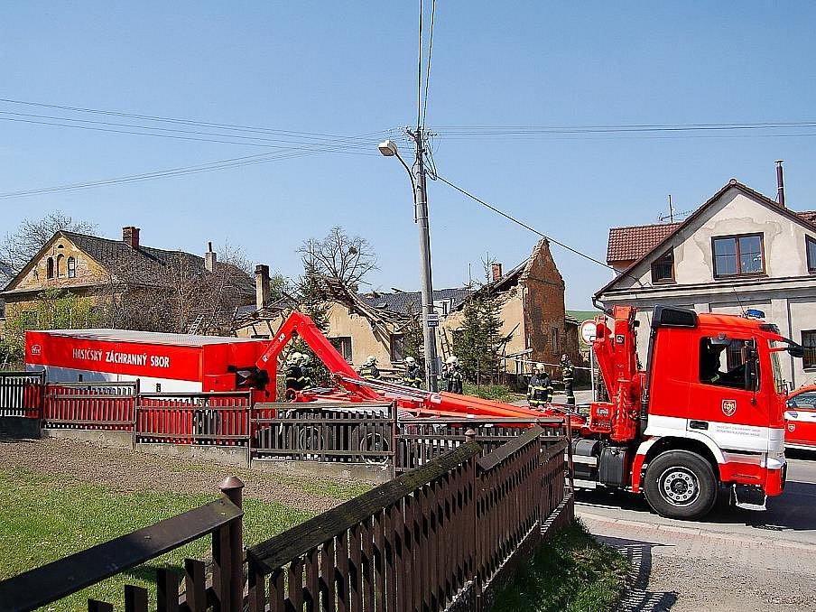 Přetížená střecha se zřítila do domu v Bílovci. Událost se obešla bez zranění.