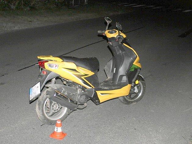Na silnici třetí třídy zakončili společnou jízdu na jednom malém motocyklu dopravní nehodou tři mladí muži. Nejhůře dopadl dvacetiletý řidič.