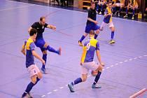 Kopřivnické futsalové derby nakonec ovládli hráči Jokeritu (ve žluto-modrém), kteří o své výhře rozhodli ve druhém poločase. Snímky: