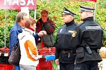 S kontrolami strážníků i úředníků radnice museli počítat prodejci v pátek na kopřivnickém farmářském trhu. Stánky s alkoholem však zde téměř nebyly, jednou z výjimek byl prodej burčáku.