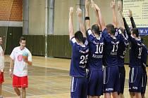 Házenkáři Kopřivnice (ve světlém) zahájili turnaj remízou s Frýdkem-Místkem a nakonec brali konečné druhé místo.