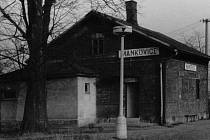 Zastávka Mankovice v 80.letech. Nedaleko od tohoto místa v roce 1891 nalezli dělníci poklad.