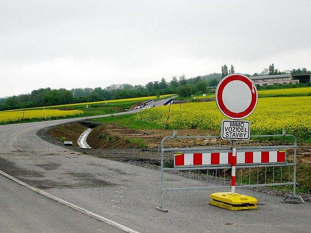 Silnice na Děrné, podél které měl vést chodník.
