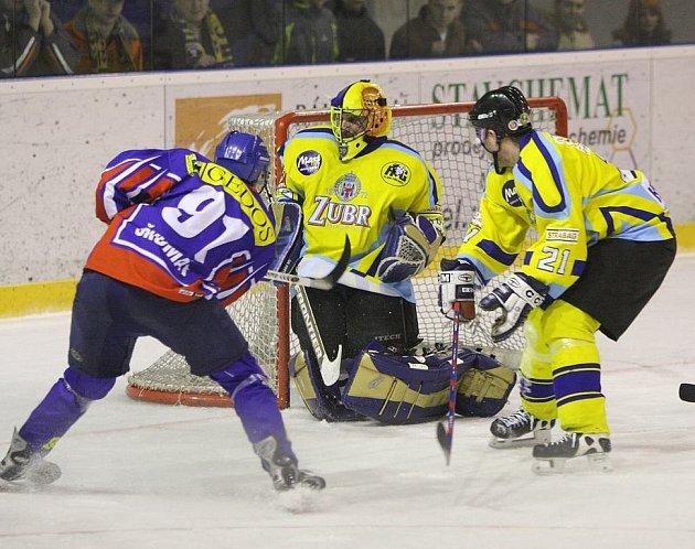 Miroslav Škumát (č. 91) z Nového Jičína se snaží překonat přerovského brankáře Michala Láníčka v semifinále play off, hraném v Novém Jičíně.