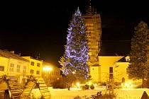Také v Bílovci nemají potíže se sháněním vánočního stromu. Stojí nedaleko kostela svatého Mikuláše. Bílovec byl letos prvním z měst na Novojičínsku, které mělo na vánočním stromě ozdobu. Zvolili modrý odstín.