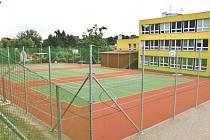Před několika dny bylo u Základní školy Komenského v Bílovci dokončeno nové víceúčelové hřiště.
