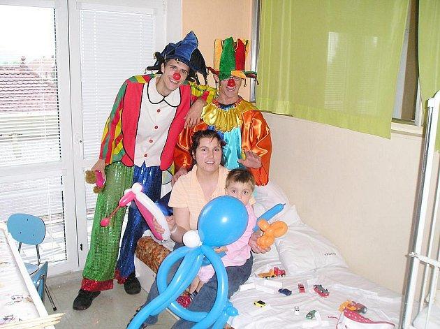 Dětem udělali klauni obrovskou radost.