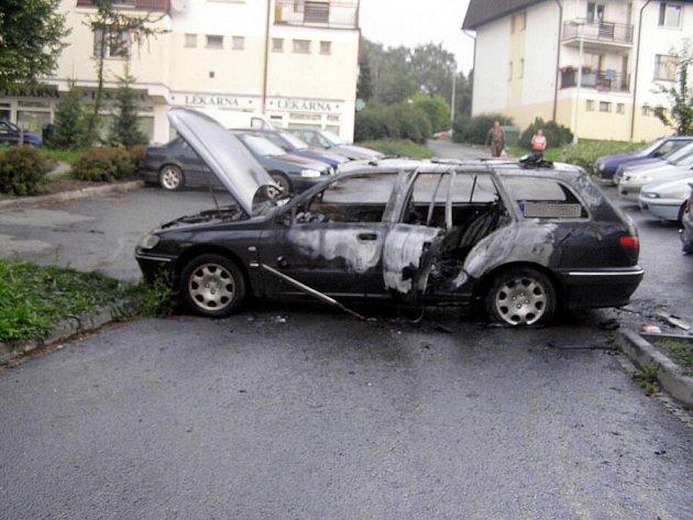 Požárem poničené vozidlo ve Studénce.