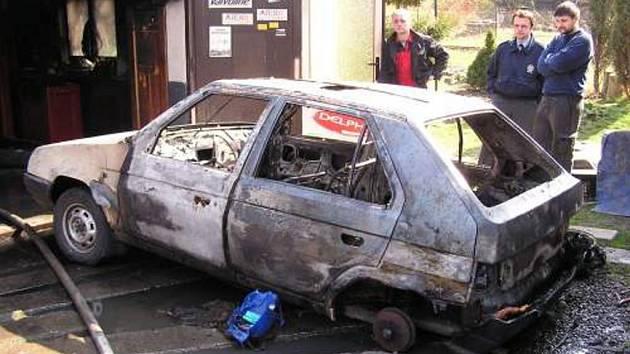 Při opravě vlastní škodovky podpálil muž také autodílnu ve Frenštátě.