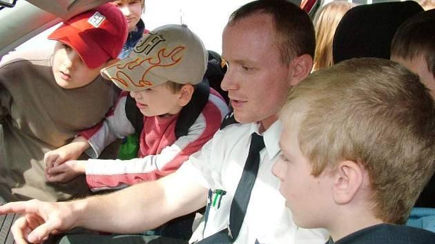 Také policejní vůz s kamerovým systémem a majákem byl pro školáky lákadlem.