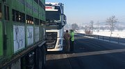 Policejní kontrola v úseku na silnici I/48, kam je vjezd kamionů zakázán.