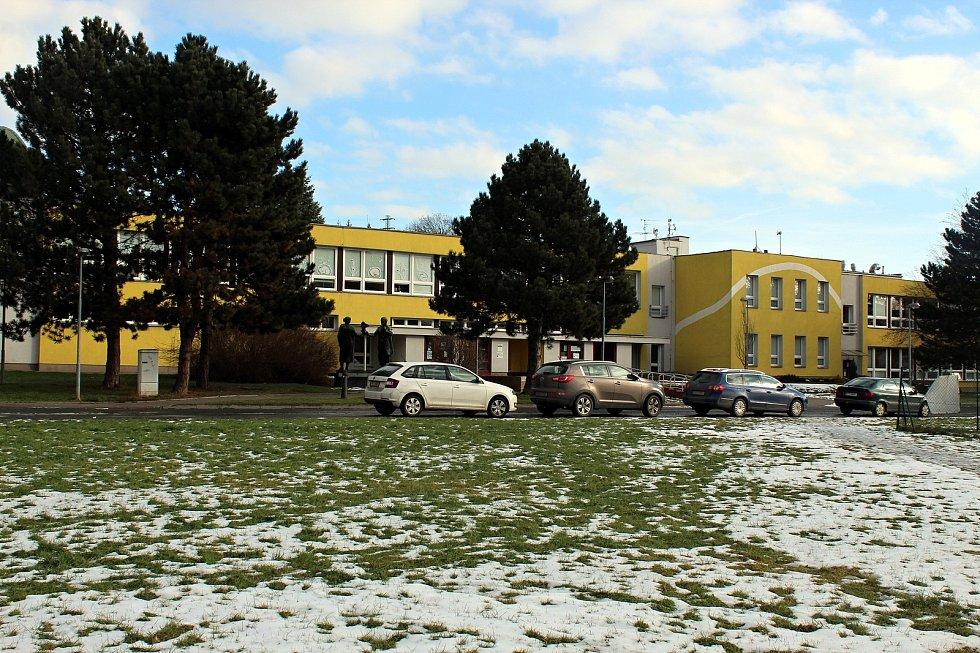 Základní a Mateřská škola Komenského v Bílovci je velkou školou. Její další pracoviště jsou ZŠ a MŠ Stará Ves, MŠ Bravinné, MŠ Svobodova a MŠ Zahradí.