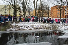 Hodinu před polednem se sešly děti z Frenštátu pod Radhoštěm u řeky Lomná, do níž společně s dospělým doprovodem vhodily Mařenu - symbol zimy.