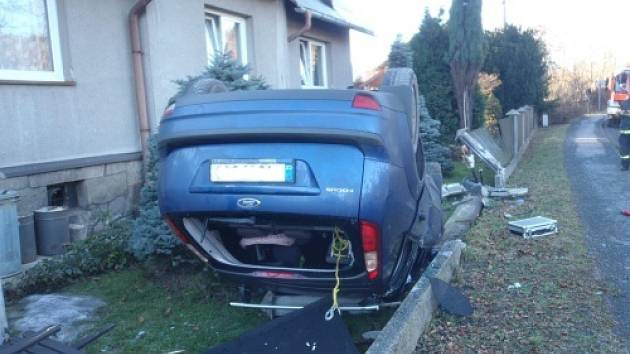 Dvě jednotky hasičů zasahovaly v pondělí dopoledne v  Bordovicích, kde skončila řidička osobního automobilu Ford Focus na střeše přímo na domovní přípojce plynu k rodinnému domku, a to ještě po zničení plotu.