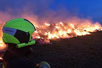 K rozsáhlému požáru stohu vyjížděli v pondělí v podvečer hasiči do Fulneku-Děrného.