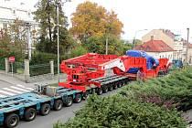 Po několika odložených pokusech v pondělí konečně projel Novým Jičínem nadměrný náklad z Ostravy směřující do Chvaletic.