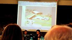 Studii, jak by mohla vypadat tenisová hala (v pozadí) za kluzištěm v areálu pod Horečkami, si mohli prohlédnout také účastníci posledního zasedání zastupitelstva ve Frenštátě pod Radhoštěm.