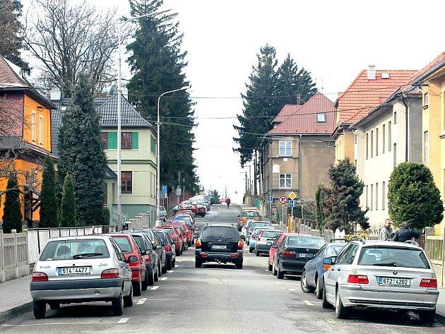 V ulici Slovanská, která je nově zařazena do čtvrté zóny,  je ve všedních dnech velký problém zaparkovat.