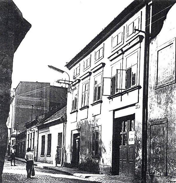 Snímky ukazují na stav ulice těsně před demolicí západní fronty domů, která proběhla v 60. letech 20. století, a pohled na severní fasádu Hotelu Praha v roce 1966, kdy ještě nebyla zastíněna novodobou přístavbou jídelny a internátu.