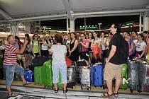 Členové sboru krátce po příletu do Japonska.