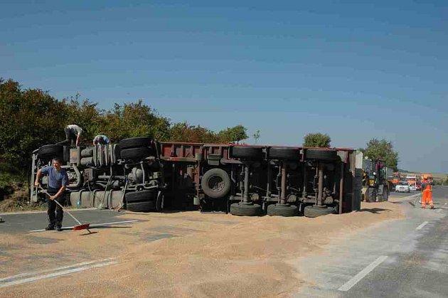 Nehoda polského kamionu na silnici I/48 u Starého Jičína.