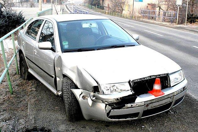 Agresivní jízda se první březnový den ráno vymstila dvaatřicetiletému řidiči Škoda Octavia v Bordovicích na Novojičínsku. Jen zábradlí na mostě možná zabránilo mnohem vážnějšímu konci.