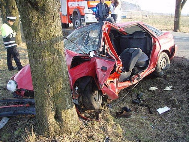 Hasiči pomáhali vyprostit řidiče vozidla, který se zaklínil při nározu vozu do stromu ve čtvrtek 18. března v Hůrce.