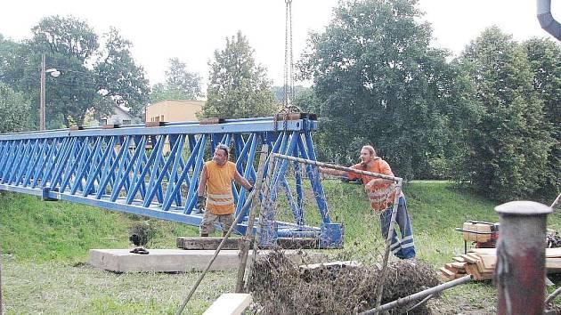 Alespoň provizorní mosty budou moci nějakou dobu používat lidé v oblastech poničených povdní. tento stavěli pracovníci Závodu Mosty v Šenově u Nového Jičína.