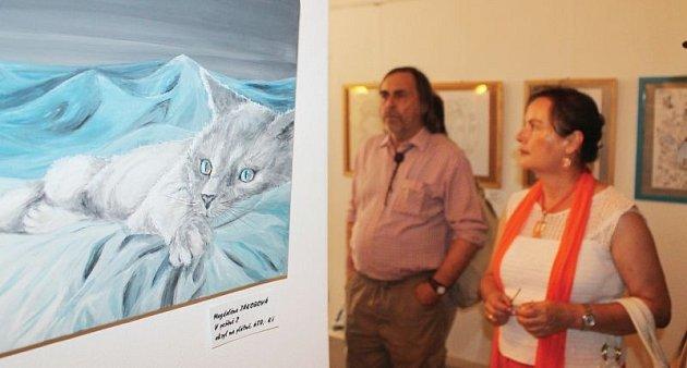 Výstava Kočičí spojila téměř dvě desítky autorů, kteří nejen milují kočky, ale chtějí pomoci sfi nancováním léčby Nikolky.