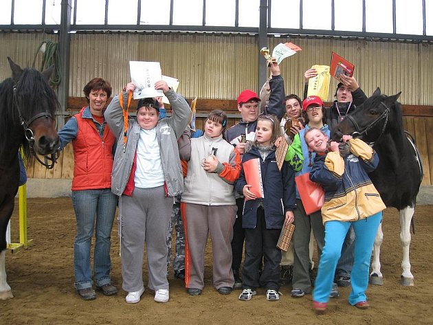 Handicapovaní soutěžili v jízdě na koni.