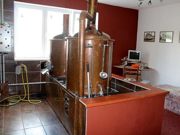 Vtomto zařízení Petr Holub zBílovce vaří světlou dvanáctku plzeňského typu nazvanou Zobák.