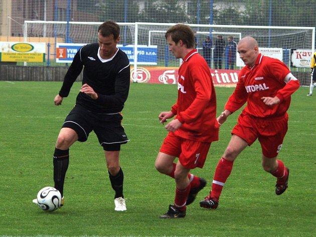 Vysoký útočník Fotbalu Fulnek Ondřej Smetana (s míčem) vstřelil do sítě Brna B nádherný gól.