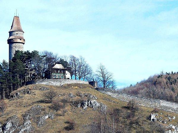 Štramberská Trúba je kompletní. Část hradeb, která se zřítila letos včervenci je zpátky na svém místě.