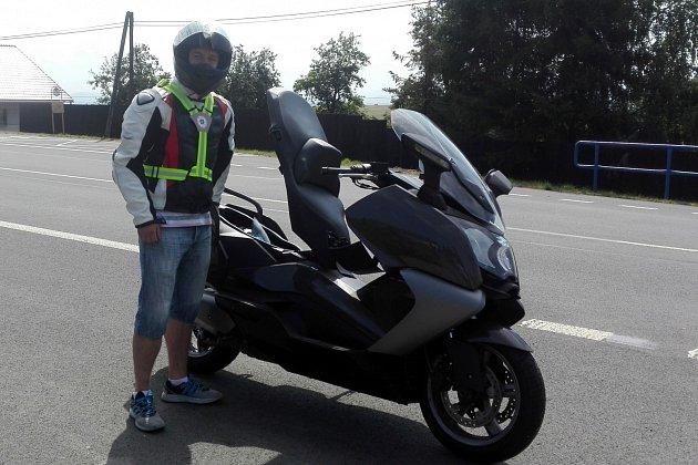 Policisté rozdávali motorkářům reflexní šle.