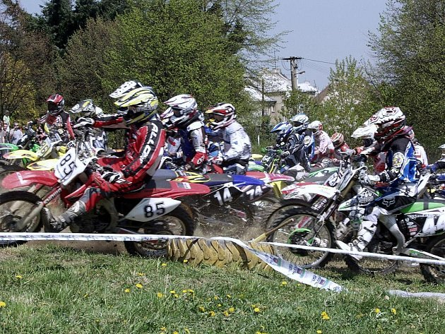 První závod motokrosového Přeboru Moravy se konal v sobotu 25. dubna na oblíbené trati Skalka v Bílovci.