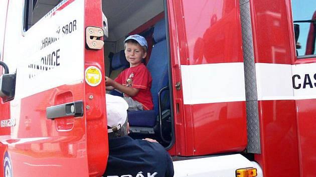 Nové vozidlo převzala od Boženy Londinové, starostky Trnávky, zásahová jednotka místních hasičů v sobotu 20. srpna při příležitosti konání Hasičského dne.