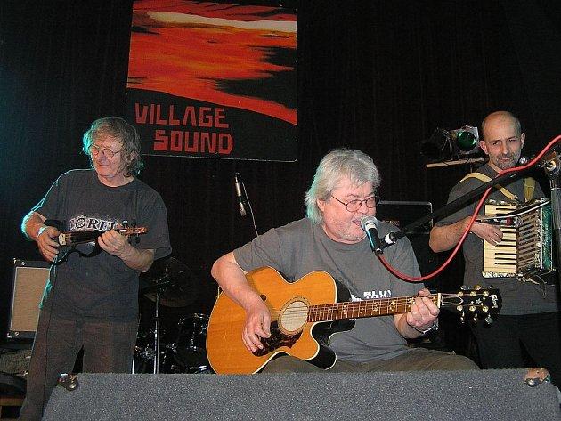 Jan Hrubý (vlevo) je známý spíše jako houslista kapely, doprovází Vladimíra Mišíka. Tentokrát se ale v Příboře objeví se svým projektem Kukulín.