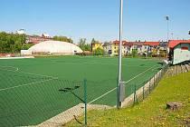 Bývalé škvárové hřiště je i dnes zázemím pro fotbalisty, ovšem s moderním povrchem třetí generace.