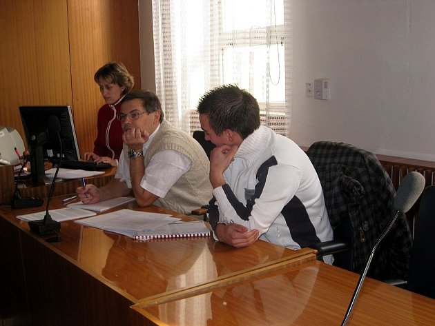 Aleš Sokolík (vpravo) stanul před soudem kvůli zákroku, jenž skončil těžkým zraněním protihráče.