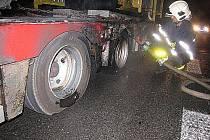Čtvrteční požár nákladního vozidla DAF. Vlivem technické závady na brzdné soustavě vleku nákladního motorového vozidla došlo k zahoření prostředního kola zadní levé nápravy vleku.