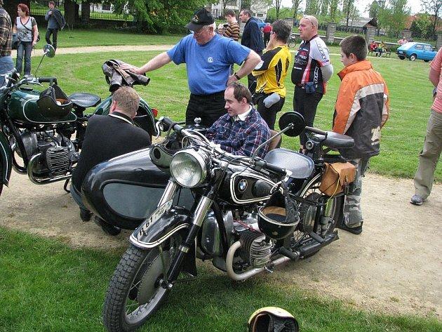 Přibližně padesát motocyklů různých značek a stáří dorazilo do parku zámku v Kuníně.