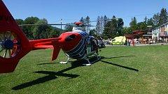 Vrtulník letecké záchranné služby při zásahu na koupališti v Kopřivnici.