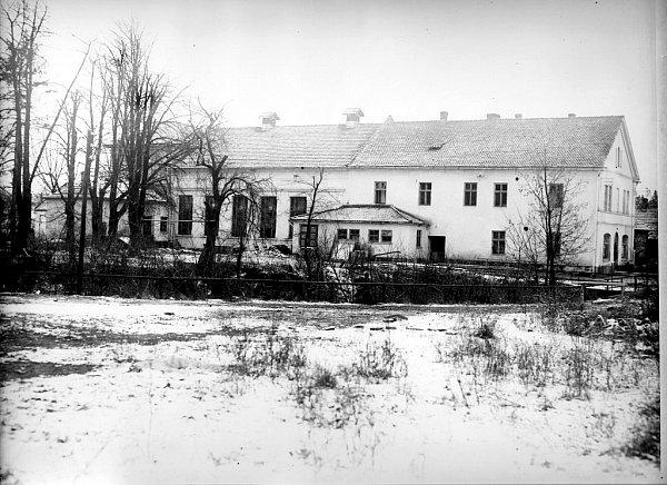 Takto vypadal obecní dům vButovicích vroce 1946.