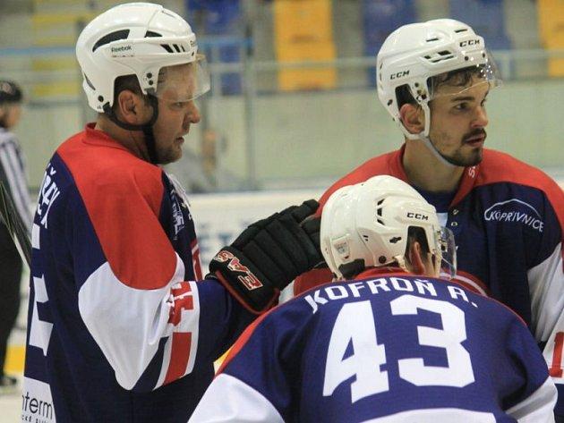 Nejzkušenější člen kopřivnického kádru Martin Tomášek (vlevo), jenž od nové sezony nastupuje s číslem 42, rozhodl v první minutě prodloužení duel proti Valašskému Meziříčí.