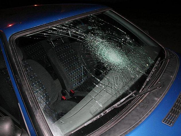 Mladík svou chůzí prošlápnul přední sklo na vozidle.