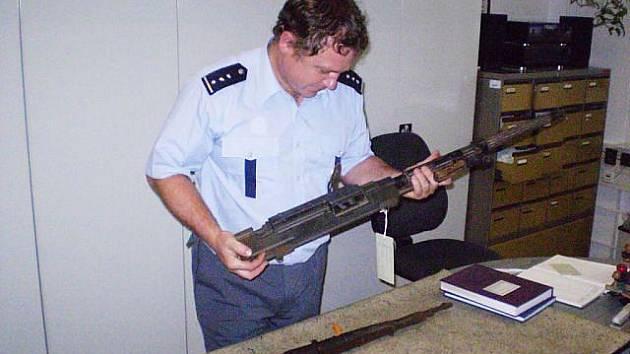 Od prvního února tohoto roku se mohli obyvatelé celé republiky beztrestně zbavit zbraní a střeliva. Jen na Novojičínsku této příležitosti využilo k 27. červenci přes šedesát osob, které na tyto neměly povolení.