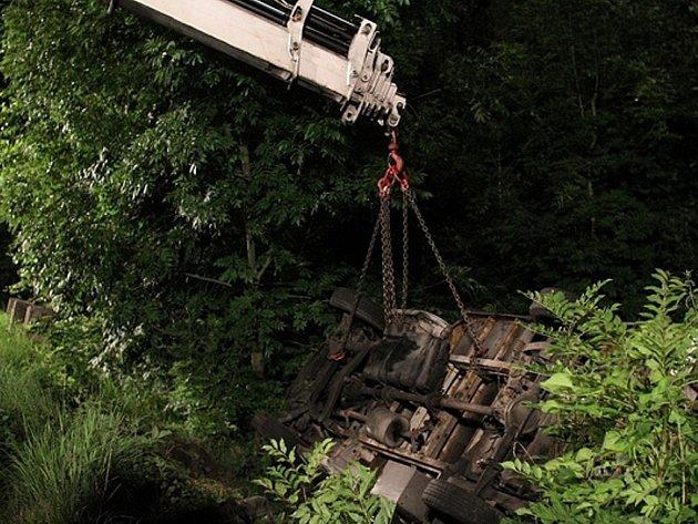 Nehoda náklaďáku zablokovala v sobotu v noci provoz na silnici mezi Petřvaldem, místní částí Dvorec, a Mošnovem.